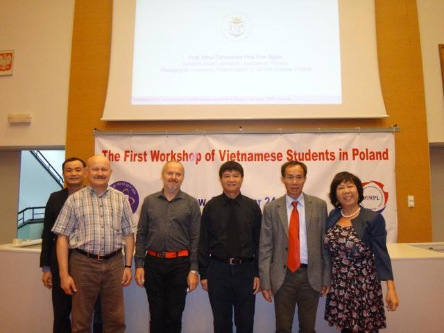 Chụp ảnh kỷ niệm cùng các GS nước ngoài tham gia hội thảo.