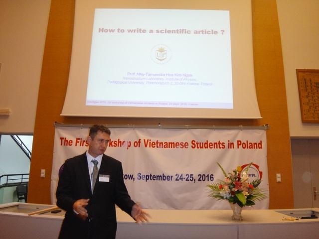 Lãnh đạo trường ĐH Khoa học và Công nghệ AGH Krakow phát biểu tại hội thảo.
