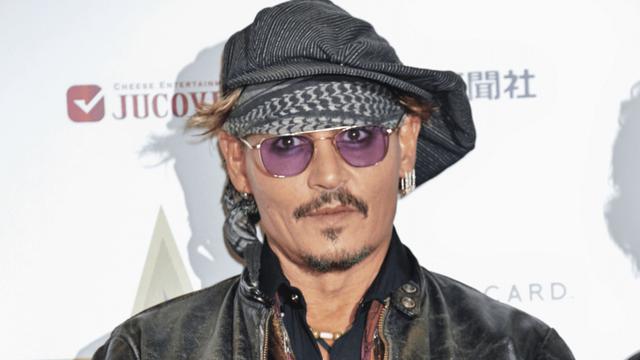 Johnny Depp yêu cầu vợ cũ thanh toán 100 nghìn đô la Mỹ tiền án phí và dừng những hành động cố tình bôi nhọ danh tiếng của anh.