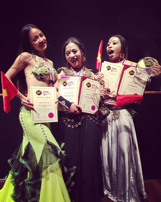 Niềm vui chiến thắng của các cô gái belldance Việt Nam.