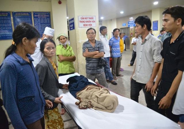 Gia đình ôm thi thể cháu Huy đến bệnh viện kêu cứu