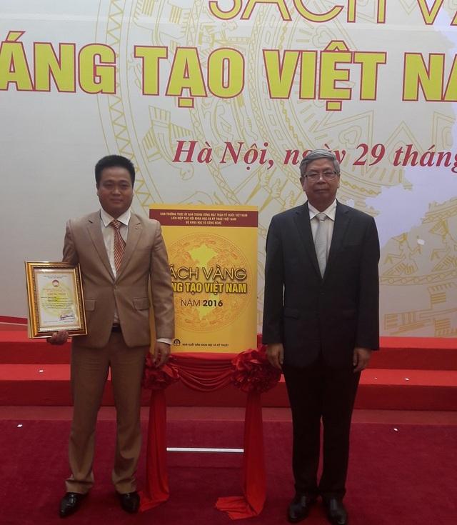 Nguyễn Tiến Hồng tại buổi lễ trao chứng nhận giải pháp được đưa vào Sách vàng Sáng tạo Việt Nam 2016
