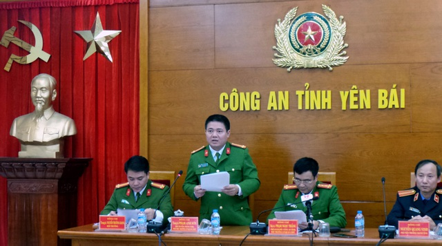 Trung tá Phạm Anh Sơn (người đứng) công bố kết quả điều tra chính thức vụ nổ súng sát hại Bí thư, Chủ tịch HĐND tỉnh Yên Bái. (Ảnh: Tiến Nguyên)