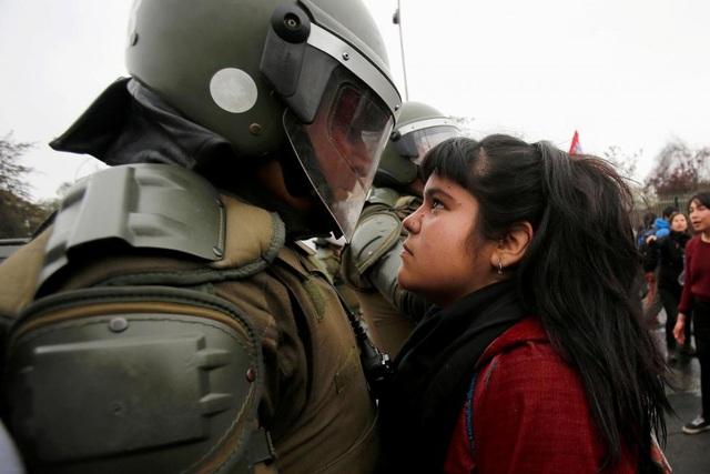 Một người biểu tình chạm trán với cảnh sát chống bạo động trong cuộc biểu tình đánh dấu cuộc đảo chính năm 1973 ở Santiago, Chile hồi tháng 9. (Ảnh: Reuters)