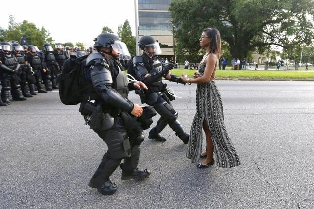 Các cảnh sát Mỹ chặn một người biểu tình ở gần trụ sở cảnh sát Baton Rouge, bang Louisiana, Mỹ ngày 9/7 nhằm phản đối vụ hai cảnh sát bắn chết một người da màu tên Alton Sterling trước đó. (Ảnh: Reuters)