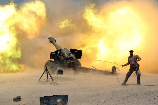 Binh sĩ Iraq nã pháo trong cuộc tấn công tái chiếm thành phố Falluja từ tay phiến quân IS hồi tháng 5. (Ảnh: Reuters)