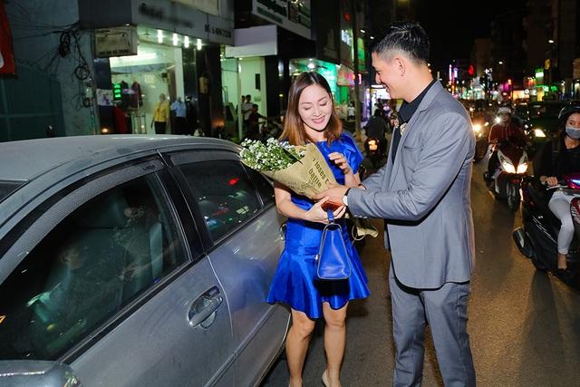 Mặc dù bận rộn điều hành buổi khai trương nhưng khi phát hiện Lan Phương từ xa, Bình Minh đã vượt phố đông để tận tay ra mở cửa xe, dẫn Lan Phương vào dự tiệc.