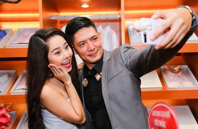 Cả hai hào hứng chụp ảnh selfie cùng nhau