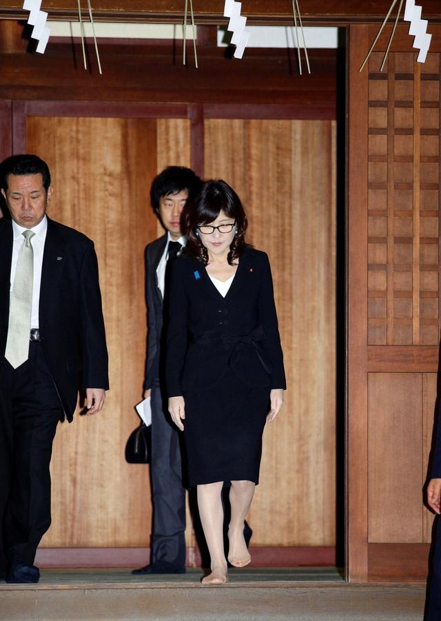 Bộ trưởng Quốc phòng Nhật Bản Tomomi Inada tới thăm đền Yasukuni (Ảnh: Reuters)