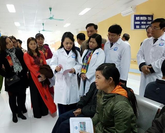 Bộ trưởng tiếp xúc người bệnh tại khoa Khám bệnh, BV Đa khoa Bắc Kạn