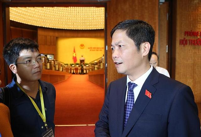 Bộ trưởng Trần Tuấn Anh trao đổi với các phóng viên tại hành lang Quốc hội sáng nay 15/11 (ảnh: Hoảng Long).