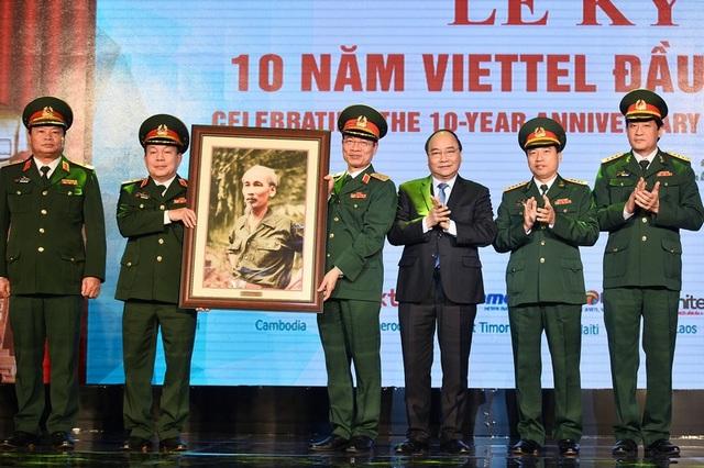Thủ tướng Nguyễn Xuân Phúc tặng quà lưu niệm cho lãnh đạo Tập đoàn Viettel.