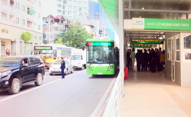 Các phương tiện lấn làn xe buýt nhanh sẽ bị phạt tiền.