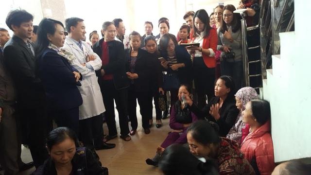 Người nhà bệnh nhân viện K kiên quyết không nói những khoản chi ngoài dù Bộ trưởng gặng hỏi (Ảnh: Hồng Hải)
