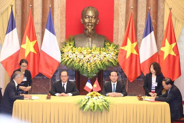 Tổng thống Pháp Frangcois Hollande và Chủ tịch nước Trần Đại Quang chứng kiến lễ ký kết các văn kiện hợp tác giữa hai nước. (Ảnh: Đăng Khoa)