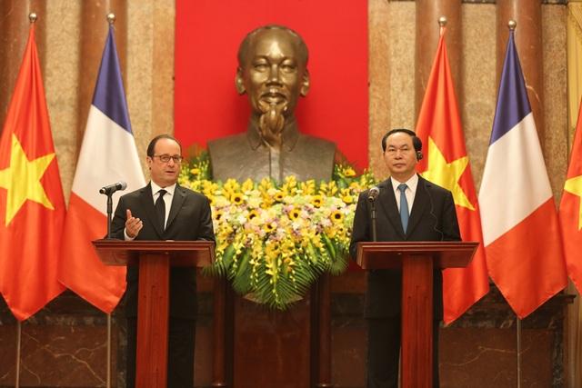 Tổng thống Pháp Francois Hollande và Chủ tịch nước Trần Đại Quang chủ trì buổi họp báo quốc tế. (Ảnh: Đăng Khoa)