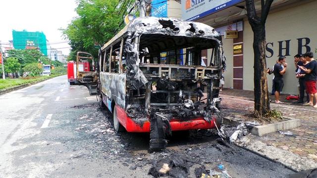 Hà Nội: Xe buýt bốc cháy dữ dội, hành khách hoảng loạn tháo chạy - 7