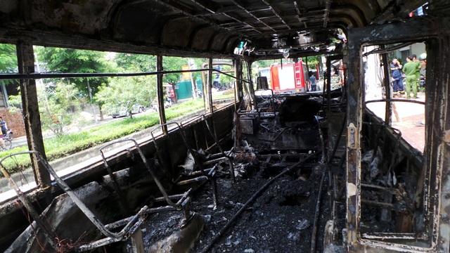 Hà Nội: Xe buýt bốc cháy dữ dội, hành khách hoảng loạn tháo chạy - 9