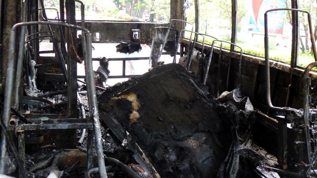 Hà Nội: Xe buýt bốc cháy dữ dội, hành khách hoảng loạn tháo chạy - 8