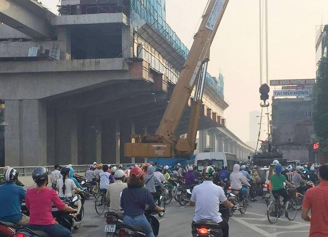 Xe cẩu chuyên dụng và xe ô tô tải đầu kéo kéo theo rơ-moóc đỗ song song nhau, chắn hoàn toàn một bên đường Nguyễn Trãi, gây ảnh hưởng đến giao thông công cộng.
