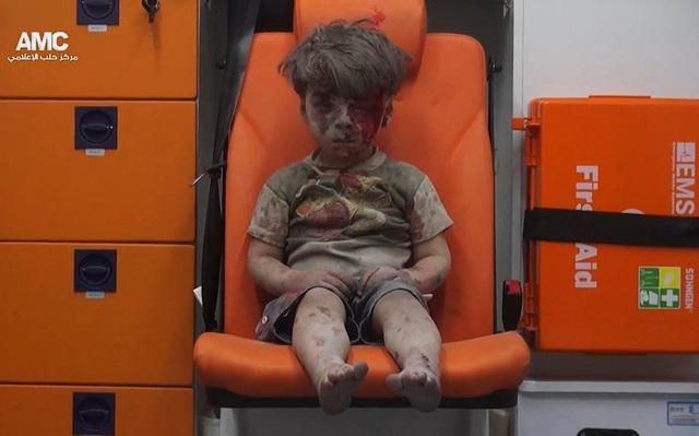 Bức ảnh chụp cậu bé Syria Omran Daqneesh, 5 tuổi, với gương mặt bê bết máu ngồi thẫn thờ trong xe cứu thương sau khi được các nhân viên cứu hộ đưa ra khỏi ngôi nhà bị phá hủy bởi các cuộc không kích của liên quân quốc tế ở Aleppo, đã trở thành biểu tượng cho sự tàn khốc của cuộc chiến tranh ở Syria năm qua.