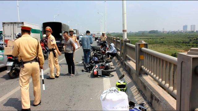 Cảnh sát giao thông xử lý hiện trường vụ tai nạn và điều tiết giao thông