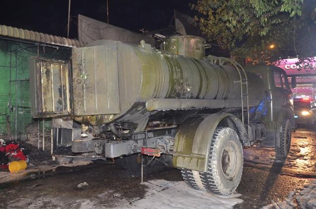 Xe bồn chứa xăng tại hiện trường vụ cháy (Ảnh: Đình Thảo)
