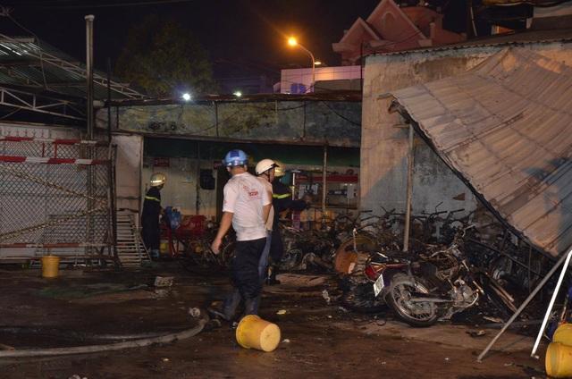 Hàng chục xe máy của người dân gửi phía sau cây xăng bị thiêu rụi (Ảnh: Đình Thảo)