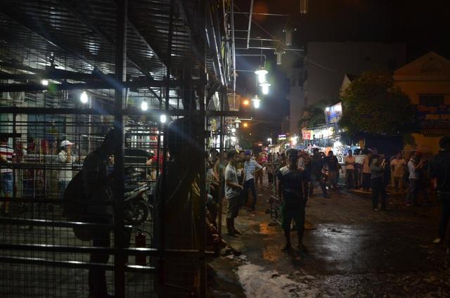 Tiểu thương chợ đêm Hạnh Thông Tây, sát nơi xảy ra vụ cháy rất hốt hoảng (Ảnh: Đình Thảo)