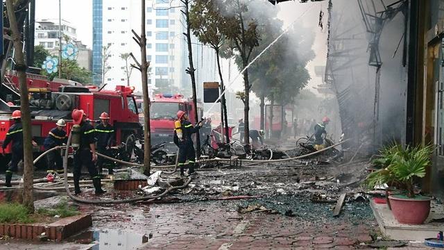 Nhiều xe máy đã cháy trơ khung được đưa ra ngoài. Kính từ các ngôi nhà chịu sức nóng của vụ cháy, vỡ vụn.