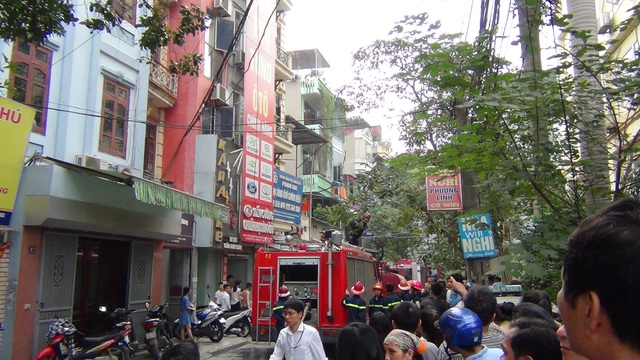 Hà Nội: Cháy kho chứa hóa chất, lan sang một nhà dân - 1