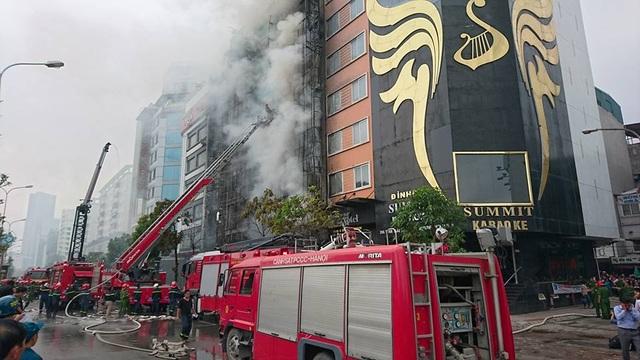 Nhiều xe chữa cháy, xe thang được điều đến