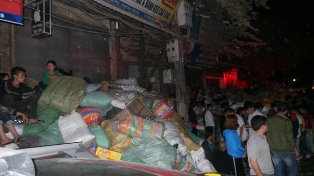 Hà Nội: Cháy dữ dội tại kho hàng của nhiều công ty - 13