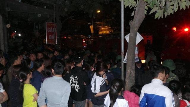Rất đông người dân tập trung theo dõi lực lượng chức năng dập lửa