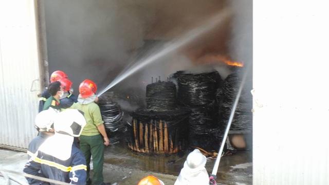 11h53, nhiều cuộn cáp điện lớn trong kho đã cháy thành tro.