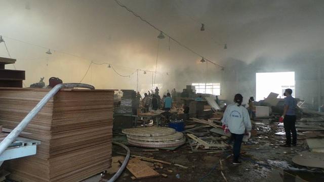 12h5, đám cháy đang dần được khống chế, ngọn lửa được khoanh vùng. Một phần gỗ và máy móc đã được sơ tán an toàn.
