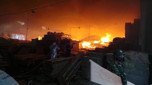 Nhà xưởng chứa toàn đồ gỗ nên ngọn lửa bùng phát cực mạnh.