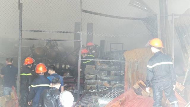 Lửa tắt, lực lượng cứu hỏa tiếp cận sâu vào trong kho tiếp tục dập những tàn lửa cuối cùng.