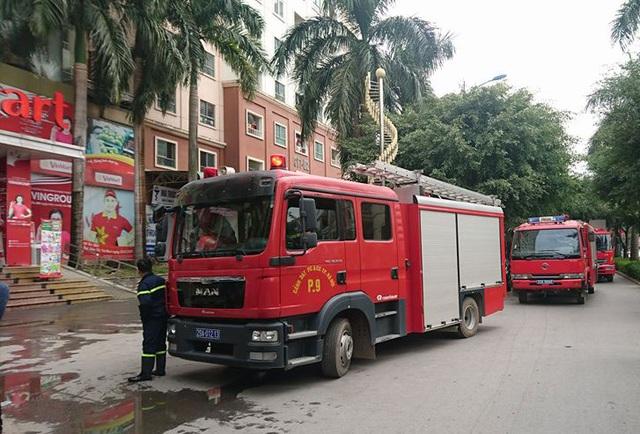 3 xe cứu hỏa được điều tới hiện trường, lúc này đám cháy đã cơ bản được khống chế. (Ảnh: Nguyễn Dương)