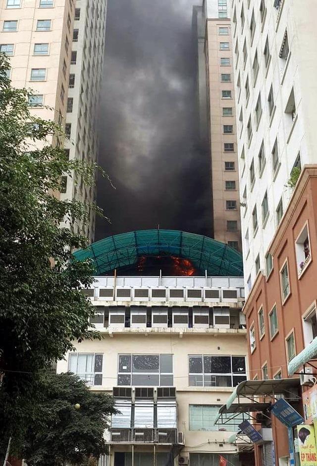 Điểm phát cháy nằm lọt giữa 3 tòa nhà chung cư khiến cư dân nơi đây vô cùng hoảng loạn, lo sợ cháy lan, tái diễn thảm họa cháy. (Ảnh: Tiến Nguyên)