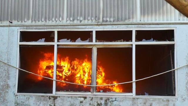 Sức nóng khiến các cửa kính đều nổ vỡ tan.