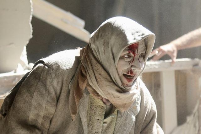 Bức ảnh chụp một người dân Syria với gương mặt bị bụi phủ trắng xóa sau một trận không kích. Cuộc nội chiến ở Aleppo, thành phố lớn nhất của Syria, được cho là đã lên đến đỉnh điểm trong năm 2016. Hàng nghìn dân thường thiệt mạng, và hàng nghìn người khác bị mắc kẹt trong các khu vực do các nhóm khủng bố chiếm giữ. (Ảnh: Reuters)