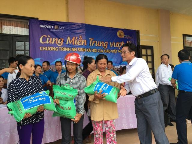 Đại diện lãnh đạo công ty Bảo Việt Nhân thọ trao quà cho bà con vùng lũ tại Quảng Bình.