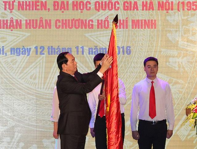 Thay mặt lãnh đạo Đảng, Nhà nước, Chủ tịch nước Trần Đại Quang trao Huân chương Hồ Chí Minh lần hai cho Đại học Khoa học tự nhiên, Đại học Quốc gia Hà Nội.