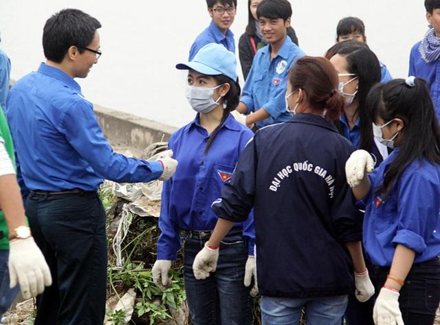 """Phó Thủ tướng Vũ Đức Đam có mặt ở hồ Linh Đàm từ rất sớm, cùng tham gia với các bạn tình nguyện viên của chiến dịch """"Tử tế với môi trường"""""""