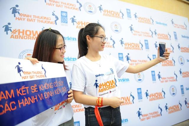 Bạn trẻ chụp ảnh lưu niệm trong Ngày hội Chung tay xóa bỏ định kiến giới.