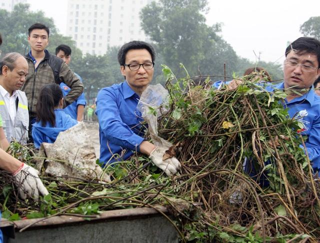 Trong màu áo xanh tình nguyện, Phó Thủ tướng ngay lập tức cùng các tình nguyện viên tham gia dọn dẹp rác thải, cây dại quanh khu vực hồ Linh Đàm