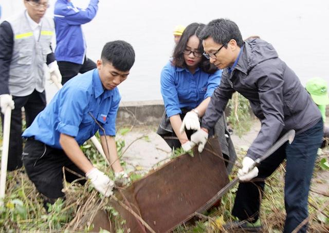 Phó Thủ tướng Vũ Đức Đam trực tiếp cùng bạn trẻ dọn vệ sinh môi trường - 3