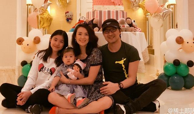 Chương Tử Di khoe ảnh chụp bốn thành viên trong gia đình cô với người hâm mộ, tối 27/12. Nữ diễn viên xinh đẹp chụp ảnh cùng chồng, con gái và con riêng của chồng.