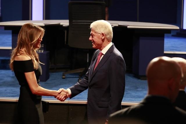 Ông Bill Clinton bắt tay bà Melania Trump trước màn tranh luận của 2 ứng viên tổng thống. (Ảnh: NYTimes)
